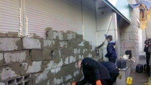 В Украине российский Сбербанк замуровали активисты